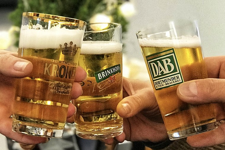 "Three glasses filled with beer. Capacity 0.1 litres. In Dortmund this is called a ""Stößchen""."